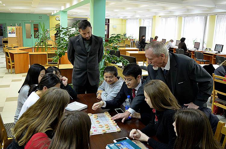 中国国际象棋俱乐部在白俄罗斯国立经济大学图书馆举行开幕式。